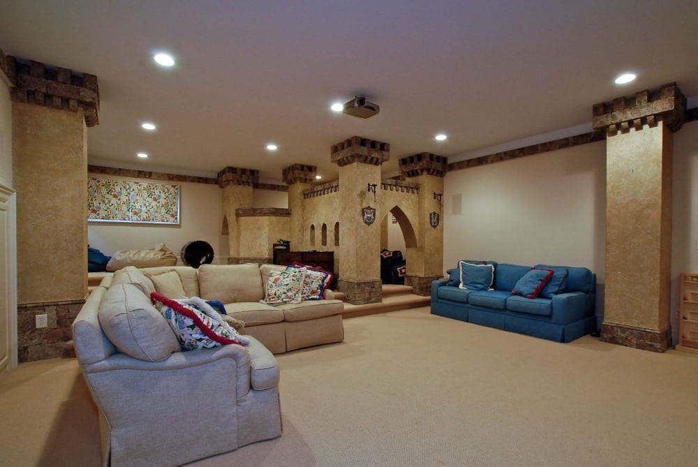 A look at the home theater's set of seats that look absolutely comfy. Images courtesy of Toptenrealestatedeals.com.