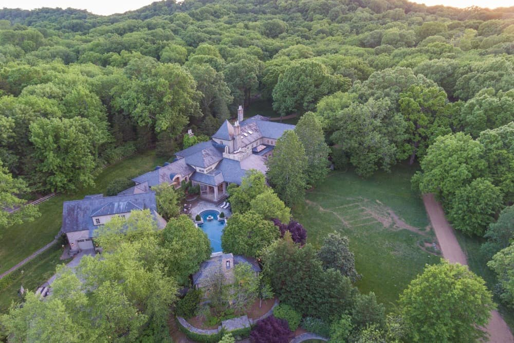 This aerial view of the mansion boasts its gorgeous exterior and the spacious garden along with the swimming pool. Images courtesy of Toptenrealestatedeals.com.