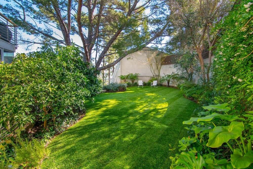 The home's garden boasts well-maintained lawn area and greenery. Images courtesy of Toptenrealestatedeals.com.
