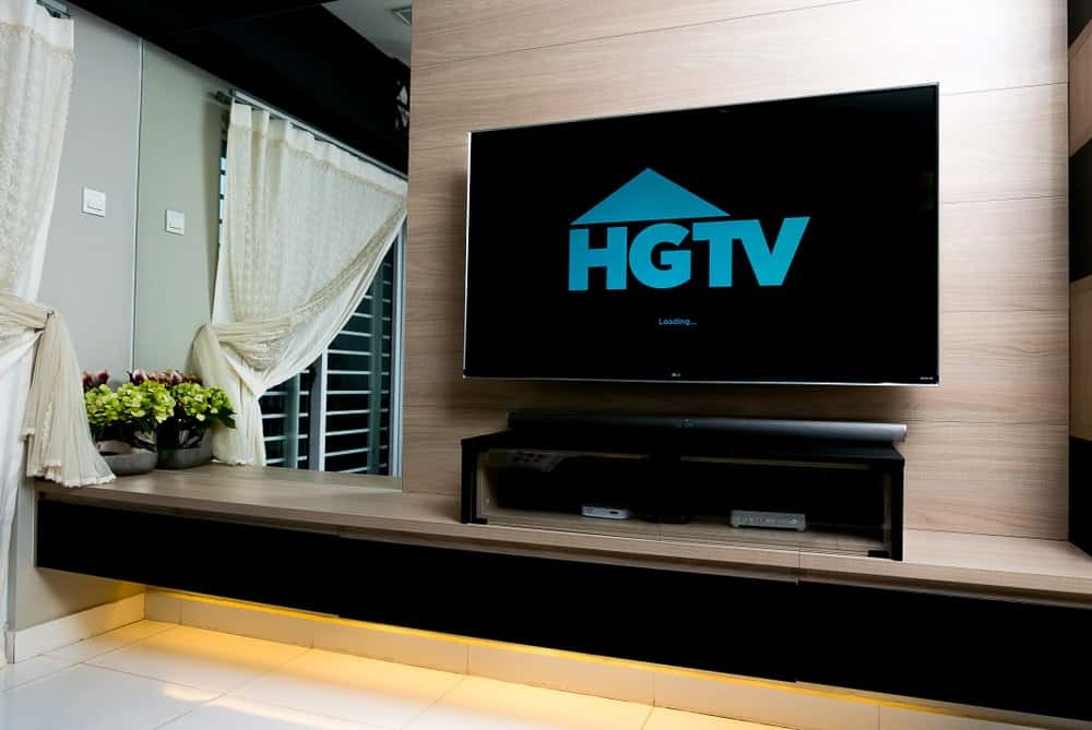 A home entertainment system showing the loading screen of HGTV.