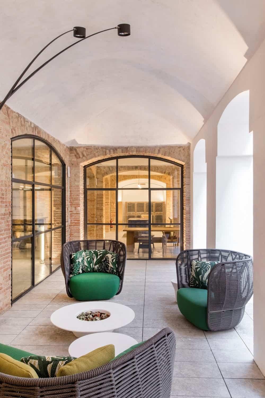 Covered patio in the Casa Burés designed by Estudio VILABLANCH + TDB Arquitectura.