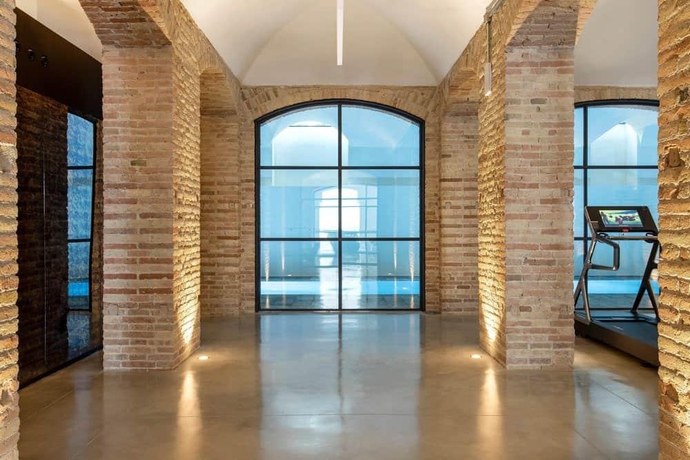 Hallway in the Casa Burés designed by Estudio VILABLANCH + TDB Arquitectura.