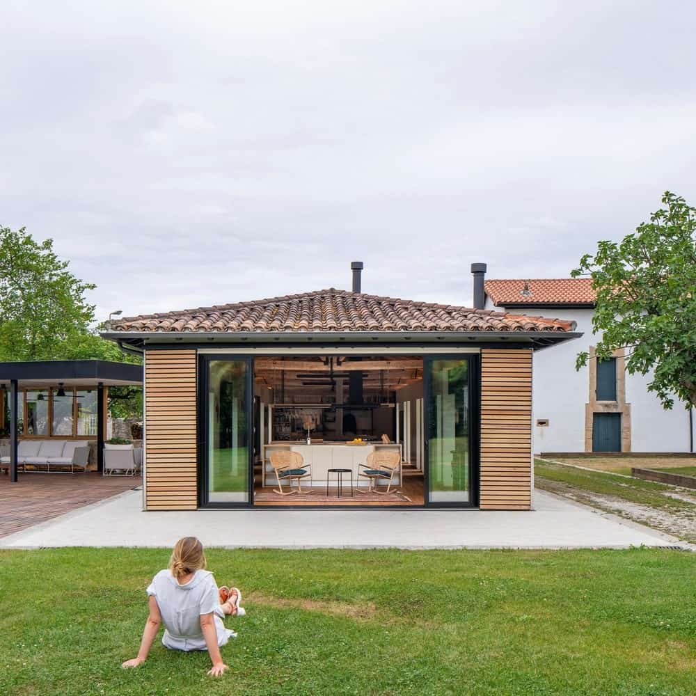 View of the kitchen from the backyard in the House in Güemes designed by Zooco Estudio.