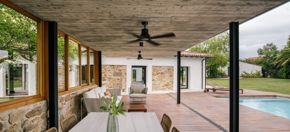 Outdoor living in the House in Güemes designed by Zooco Estudio.
