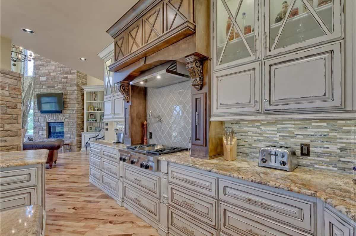 There's also an alcove cooking with a bespoke vent hood fixed above the diamond-patterned backsplash.