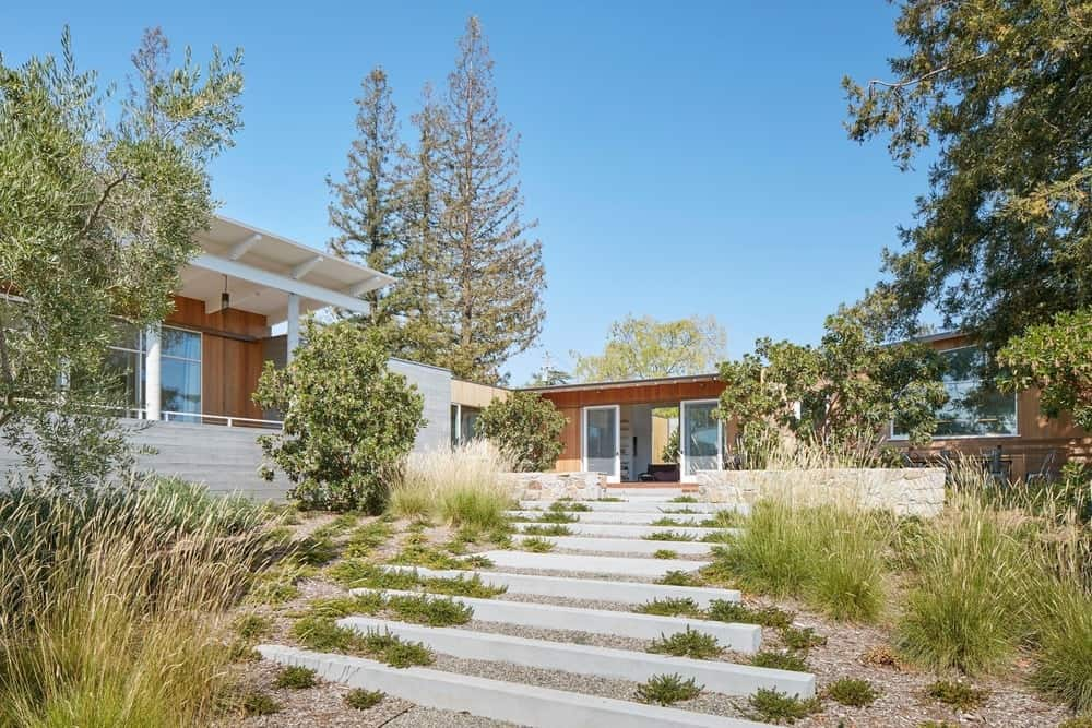 Garden in the Modern-Day California Ranch House designed by Malcolm Davis Architecture.