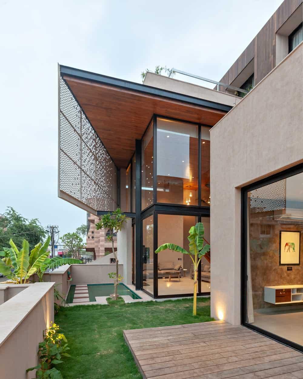 Open patios of the Chhavi House (Oasis in the Thar Desert) designed by Abraham John Architects.