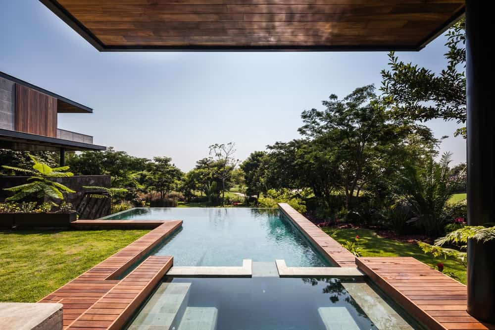 Infinity pool in the Casa Kaleth designed by Di Frenna Arquitectos.