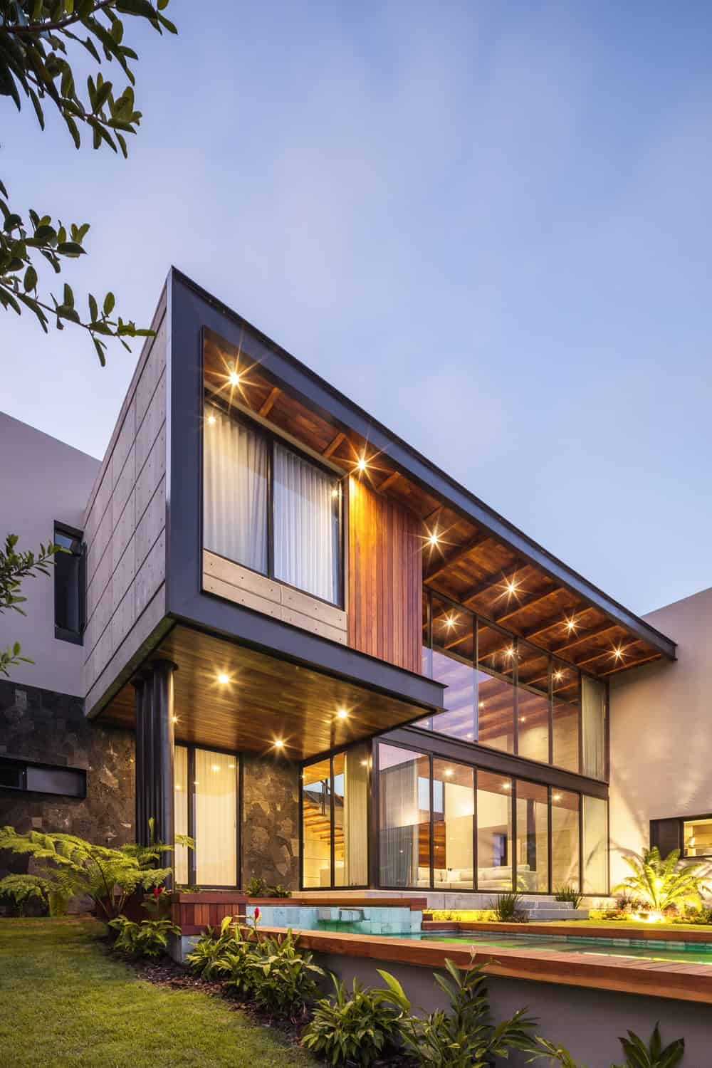 Angled exterior view of the Casa Kaleth designed by Di Frenna Arquitectos.