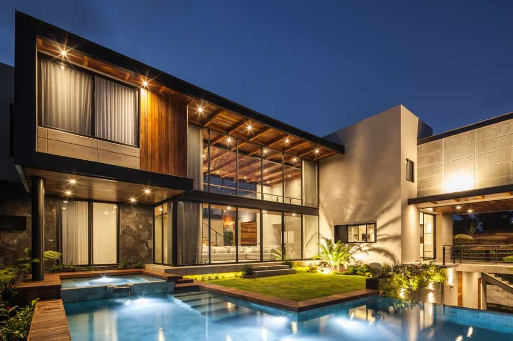 Rear exterior view with pool in the Casa Kaleth designed by Di Frenna Arquitectos.