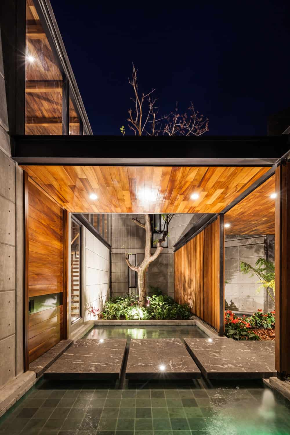 Night view of the entryway in the Casa Kaleth designed by Di Frenna Arquitectos.