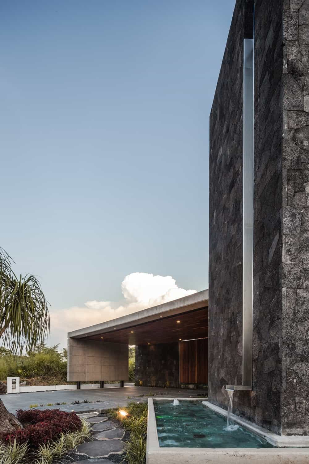 Water feature in the Casa Kaleth designed by Di Frenna Arquitectos.
