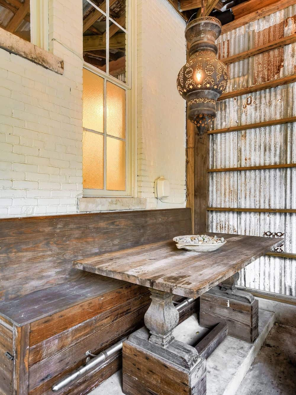 There is a quaint corner in the back of the house fitted with a wooden built-in bench for a booth-style informal dining area. Images courtesy of Toptenrealestatedeals.com.