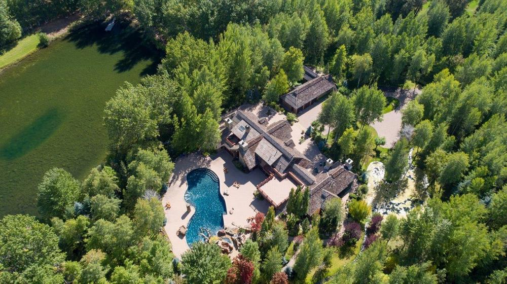 This aerial view of the house shows its isolation with the surrounding tall pine trees that complement the earthy tones of the roof as well as the walkways. Images courtesy of Toptenrealestatedeals.com.
