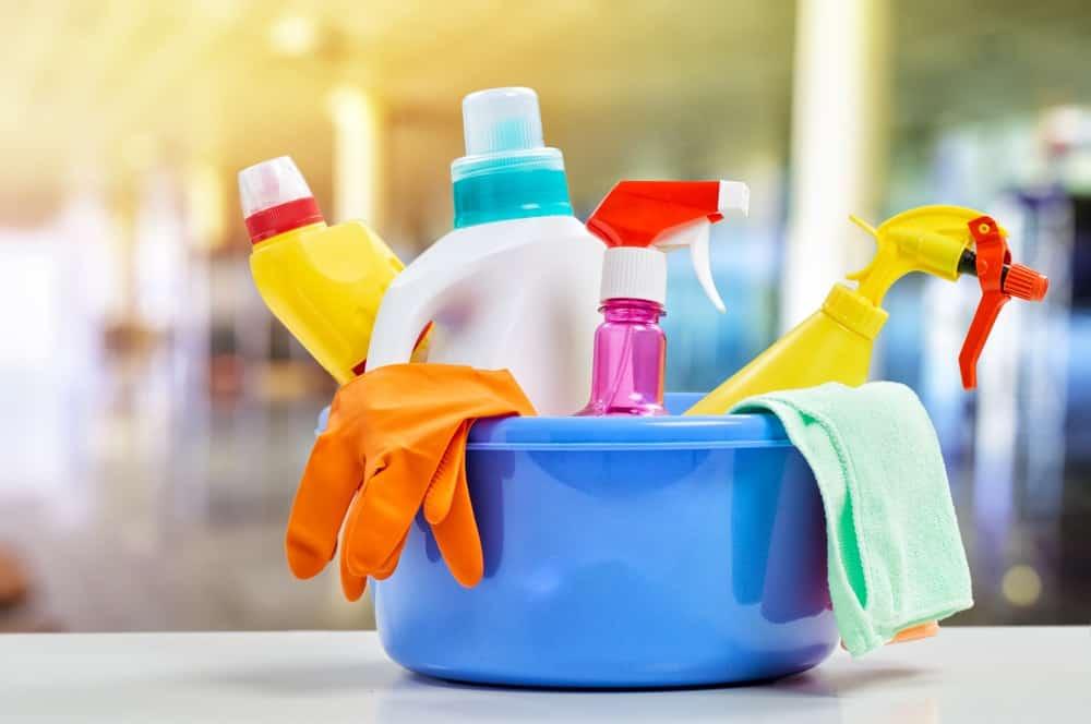 Mavi leğen üzerinde temizlik malzemeleri.