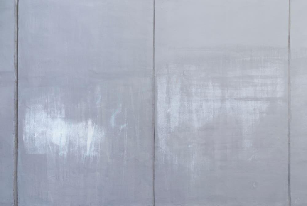 Parlak beton duvar yüzeyi.