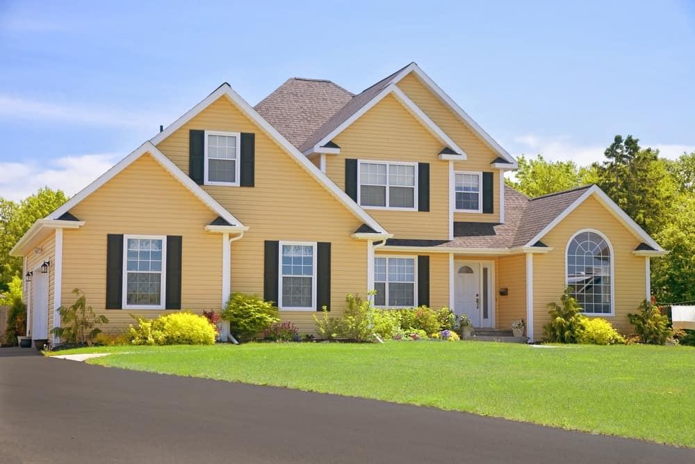 Sarı dış cephe kaplaması ile geniş ve çağdaş bir aile evi.