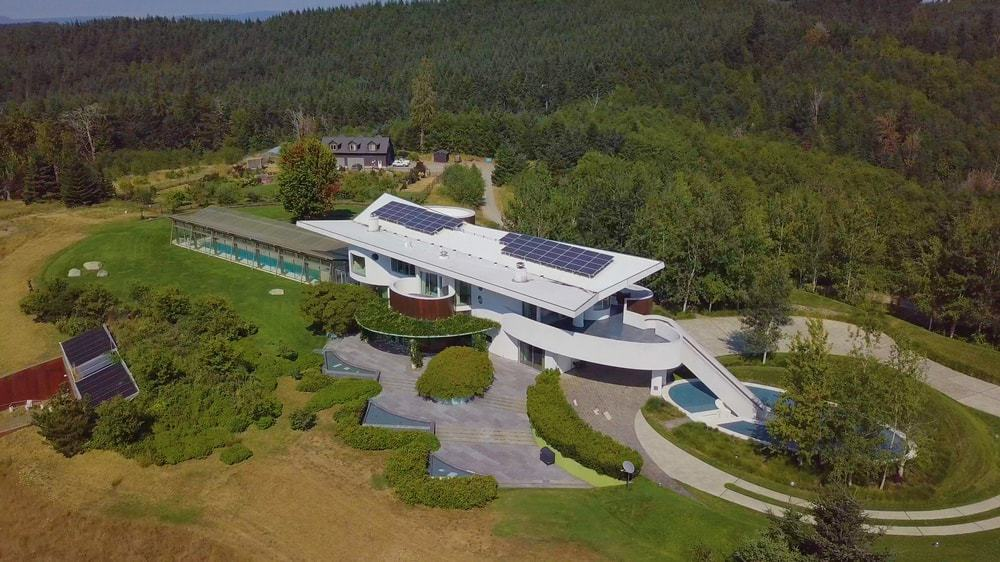 This view features the various solar panels installed onto the home that it uses as one of its power sources. Images courtesy of Toptenrealestatedeals.com.