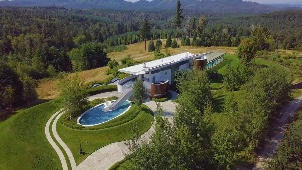 This view of the house shows the level of isolation and luxury that the house affords with its surrounded lush lands of tall trees and lovely green lawns of grass that frames the house wonderfully. Images courtesy of Toptenrealestatedeals.com.
