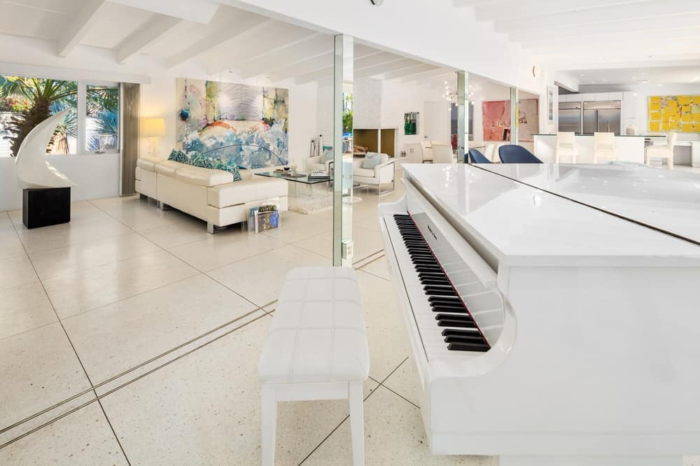 The piano is paired with the equally famous white wooden bench that Barry Manilow revealed held musical sheets underneath its cushioned seat. Images courtesy of Toptenrealestatedeals.com.