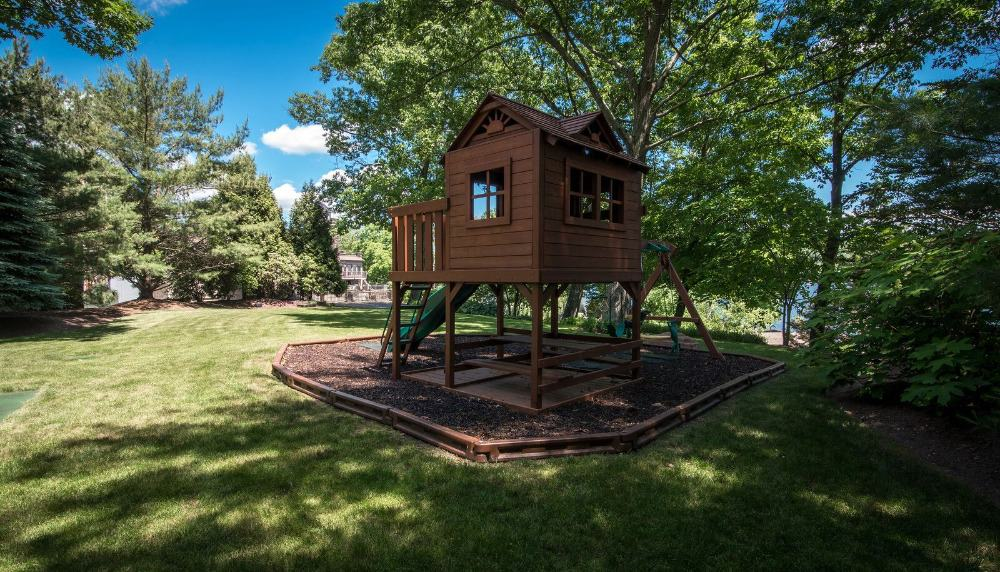 Here's a small wooden house located in the home's garden and lawn area. Images courtesy of Toptenrealestatedeals.com.