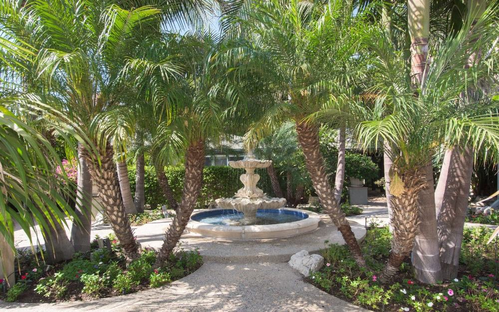 Here's the home's centerpiece landscaping decor fountain located in the home's courtyard. Images courtesy of Toptenrealestatedeals.com.