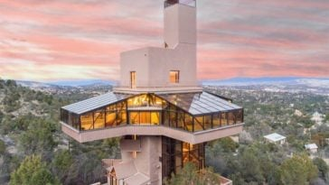This is a gorgeous aerial view of the residential deck of the tallest single-family home in the world. You can see here the four wings of the house with full glass walls and ceiling to maximize the view and natural lighting. Images courtesy of Toptenrealestatedeals.com.