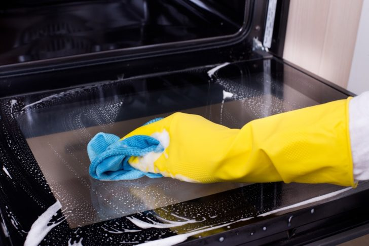 How to Clean Oven Glass Properly (Several Options) - Home Stratosphere