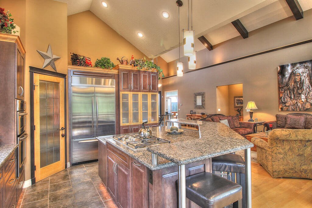 This kitchen of geometric shapes benefited by the vaulted roof. Besides the splendid and breezy air, the kitchen also has an energetic color scheme.