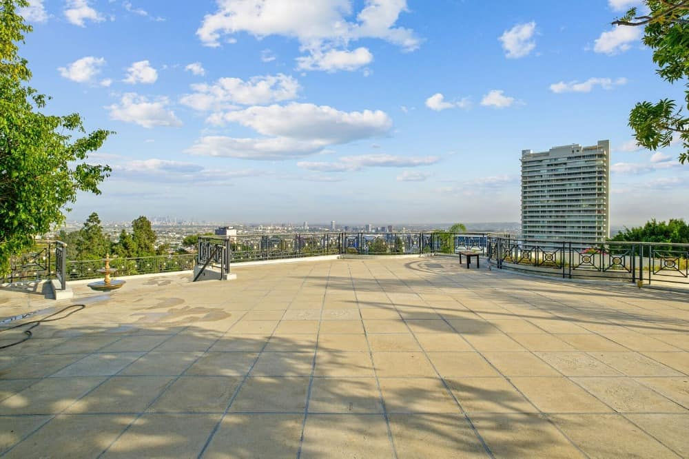 The roof top is also spacious and offers an amazing view of the sky and the city. Images courtesy of Toptenrealestatedeals.com.