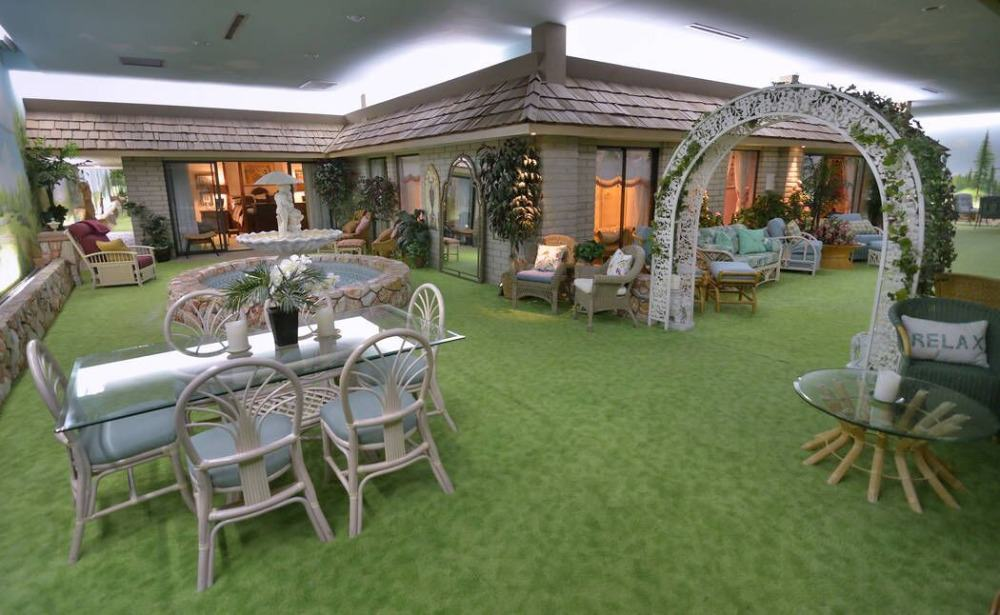 Outside, there's a living space set, a dining table set and a centerpiece fountain for decoration. Images courtesy of Toptenrealestatedeals.com.