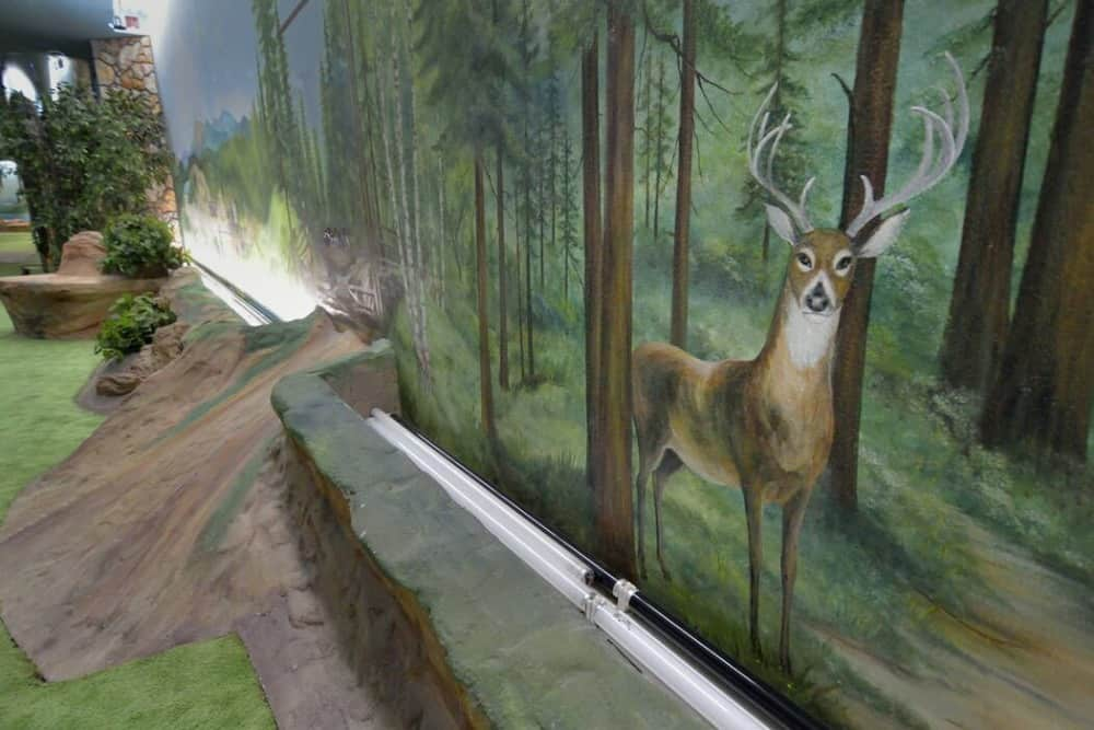 Here's a gorgeous forest mural outside of the house. Images courtesy of Toptenrealestatedeals.com.