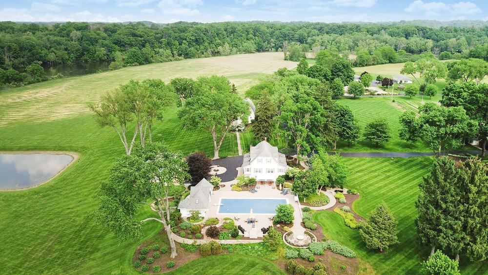 Another bird's eye view boasting the house's exterior and its outdoors. Images courtesy of Toptenrealestatedeals.com.