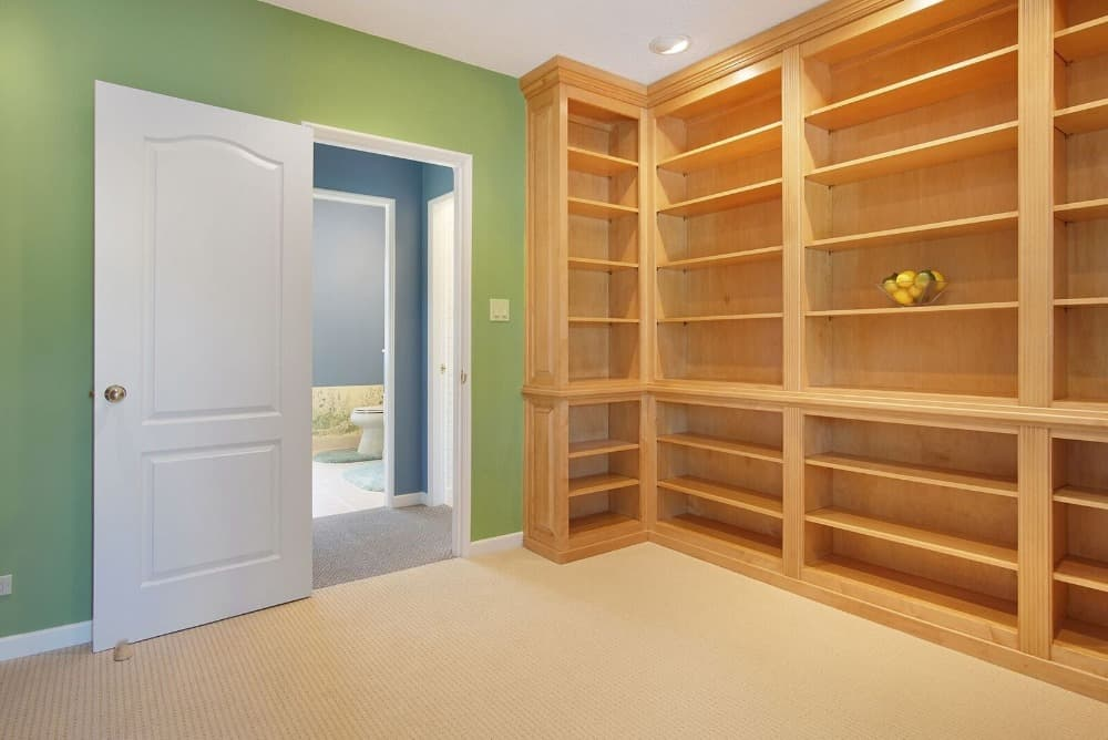 The house also has a large walk-in closet with green walls and carpeted flooring. Images courtesy of Toptenrealestatedeals.com.