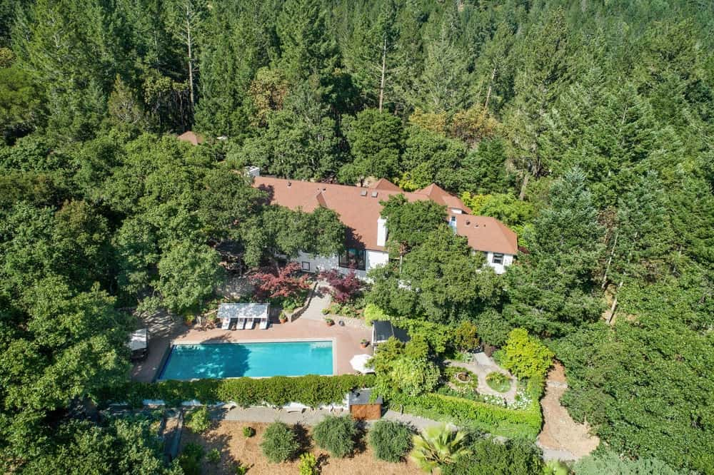 This is the aerial view of the whole house featuring its isolation as it is surrounded by tall trees on all sides. Images courtesy of Toptenrealestatedeals.com.