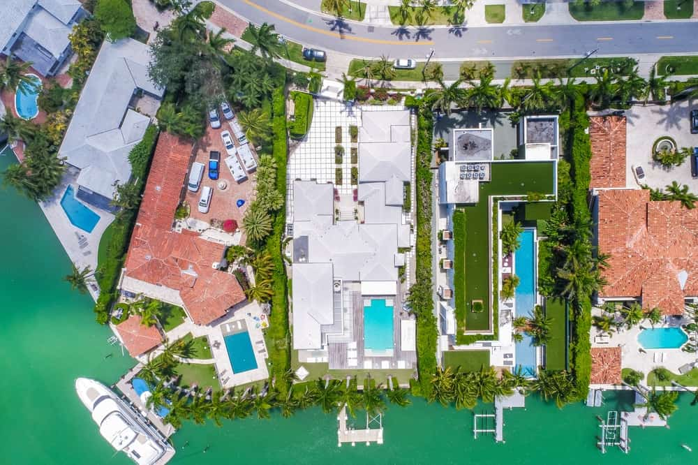 This is the top aerial view of the house showing its road access on one side and the private dock on the waterfront side. Images courtesy of Toptenrealestatedeals.com.