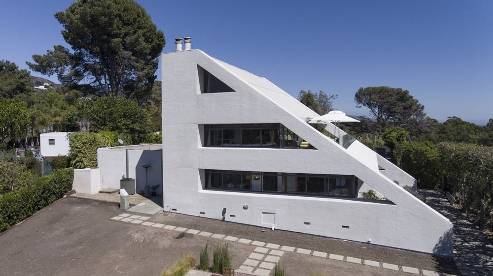 This angle of the house makes you appreciate more the uniqueness of the wedge-shaped house that gives a futuristic feel. Images courtesy of Toptenrealestatedeals.com.