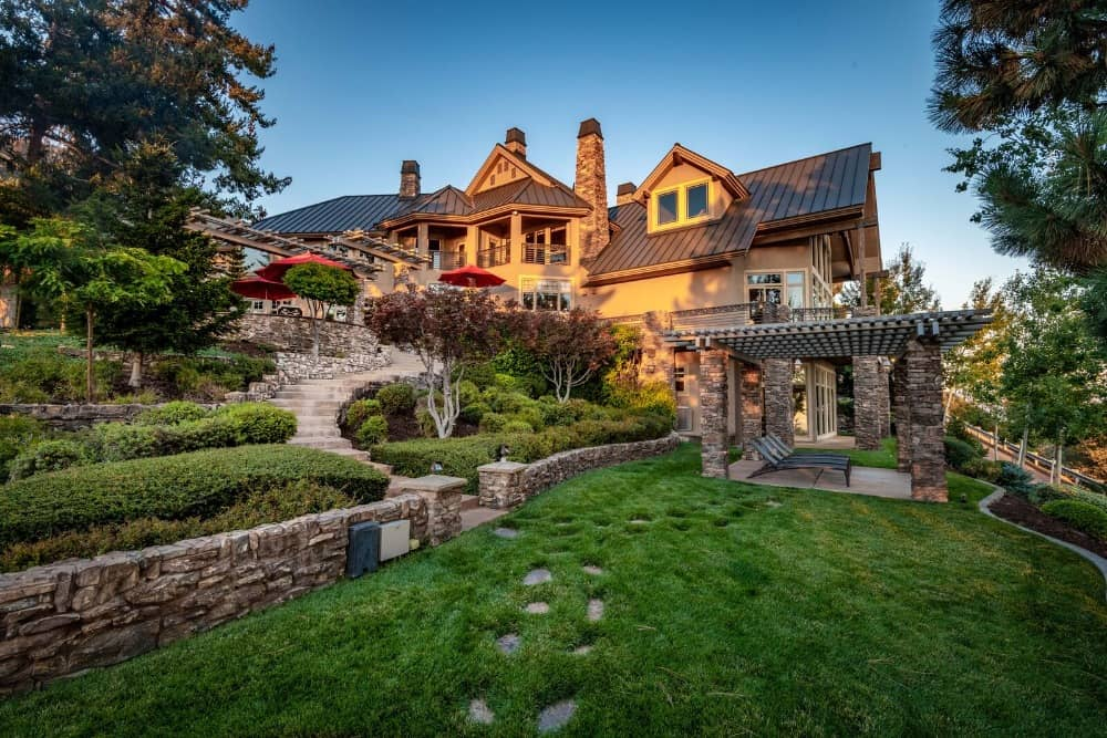 The garden is just absolutely amazing with its design and well-maintained lawns. Images courtesy of Toptenrealestatedeals.com.