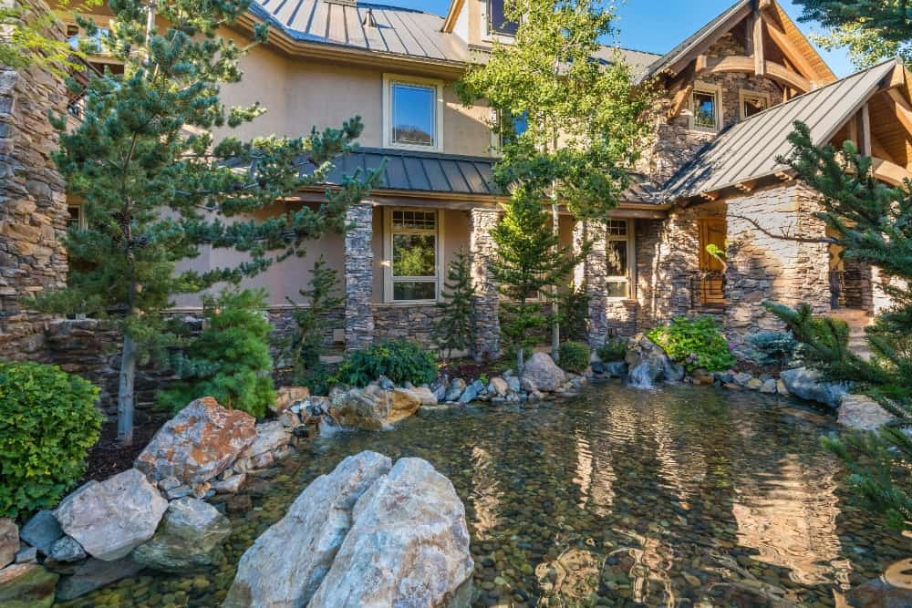 Here's a lovely pond set at the home's backyard. Images courtesy of Toptenrealestatedeals.com.