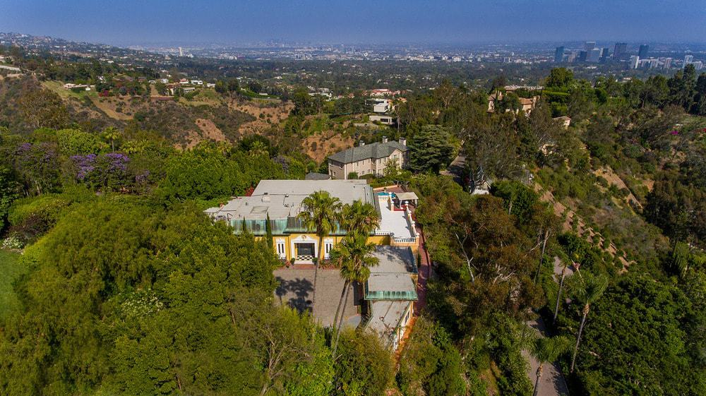 This gorgeous aerial view of the house features the dense foliage of the surrounding landscaping that gives it a sense of privacy and isolation. Images courtesy of Toptenrealestatedeals.com.