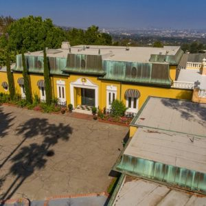 The gorgeous estate has an earthy stone front courtyard complemented by the sunny yellow exterior walls and lush green landscaping. Images courtesy of Toptenrealestatedeals.com.