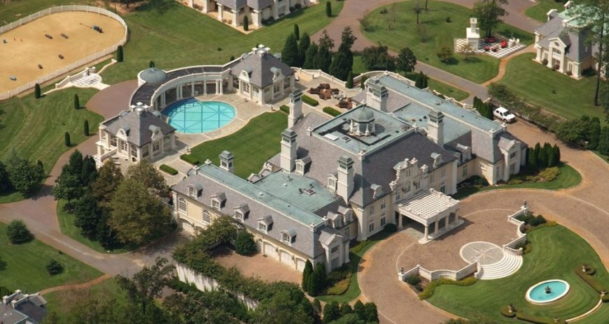 Aerial view of the mansion boasting its magnificent architecture and landscaping design. Images courtesy of Toptenrealestatedeals.com.