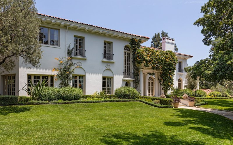 This is the beautiful exteriors of this mansion that has a bright tone complemented by the multiple windows and the lush blankets of creeping plants that match the grass lawn. Images courtesy of Toptenrealestatedeals.com.
