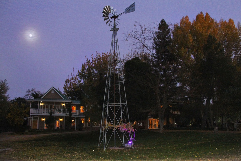 Here's the short tower inside the ranch, set near the main house. Images courtesy of Toptenrealestatedeals.com.