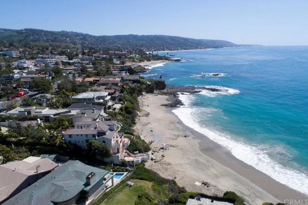 This is an aerial view of the beautiful neighborhood of the house and their large strip of beach. Images courtesy of Toptenrealestatedeals.com.