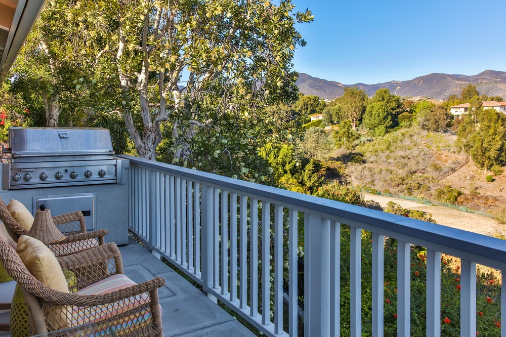 This is the edge of the patio terrace fitted with a stainless steel grilling station with a perfect view of the mountains and the treetops of the landscape. Images courtesy of Toptenrealestatedeals.com.