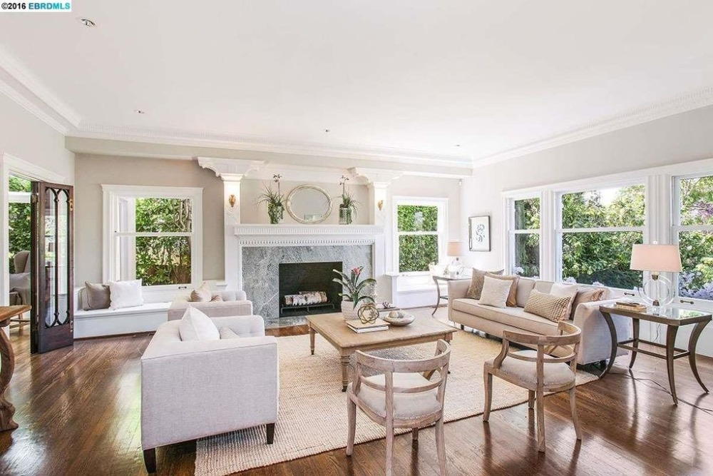The large living space boasts of a set of classy seats and a large center table along with a fireplace. Images courtesy of Toptenrealestatedeals.com.