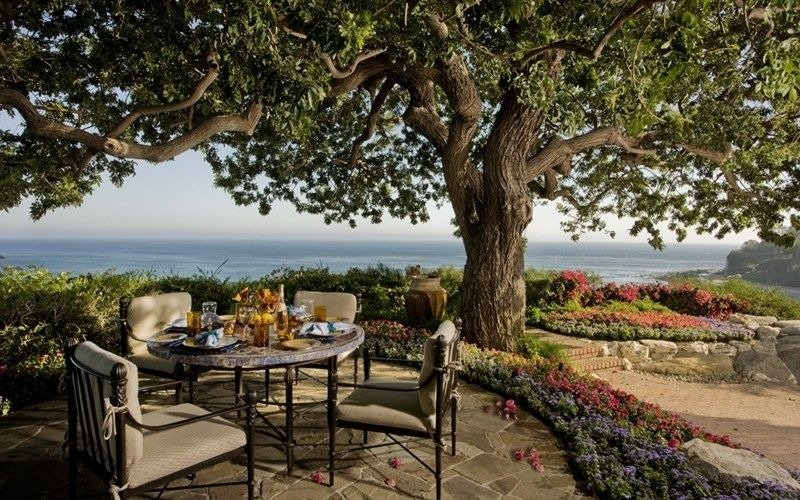 Casual outdoor dining overlooking the beautiful ocean view. Images courtesy of Toptenrealestatedeals.com.