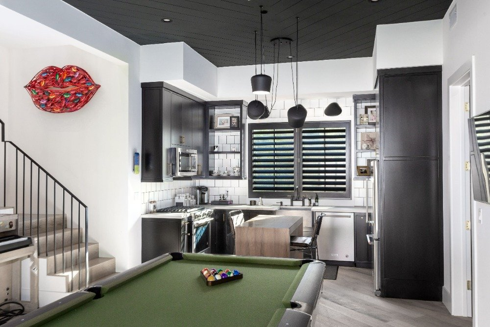 Dine-in kitchen featuring a breakfast bar island and an L-shaped kitchen counter. Images courtesy of Toptenrealestatedeals.com.