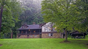 A look at the lodge's exterior surrounded by the magnificent surrounding landscape. Images courtesy of Toptenrealestatedeals.com.